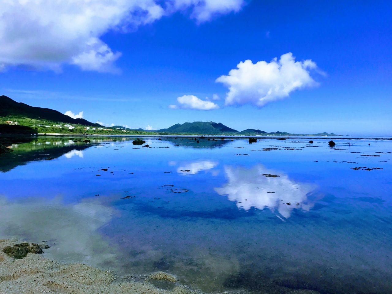 米原ビーチから望む「逆さ川平半島」