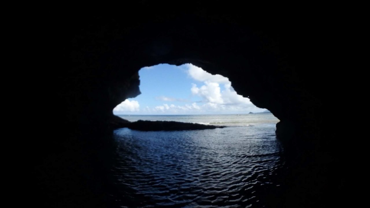 青の洞窟内から海を望む